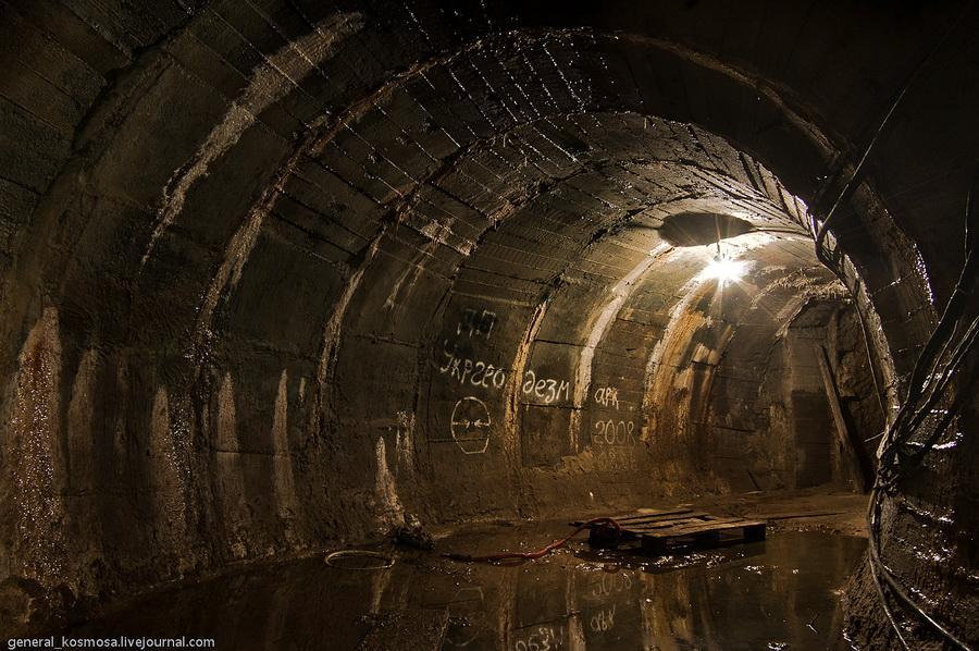 Чтобы попасть в водохранилище, нужно пройти по туннелю / Фото general_kosmosa.livejournal.com