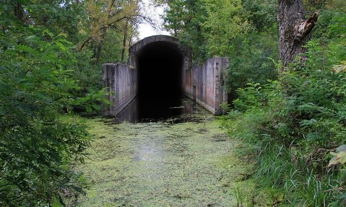 Недостроенный сталинский железнодорожный тоннель на острове / Фото google.com.ua