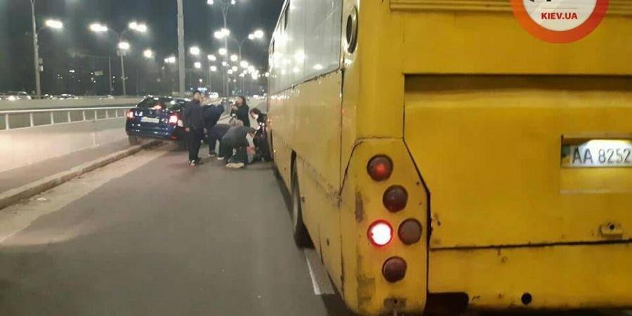 Маршрутка збила групу людей біля метро Дорогожичі / фото dtp.kiev.ua/Facebook