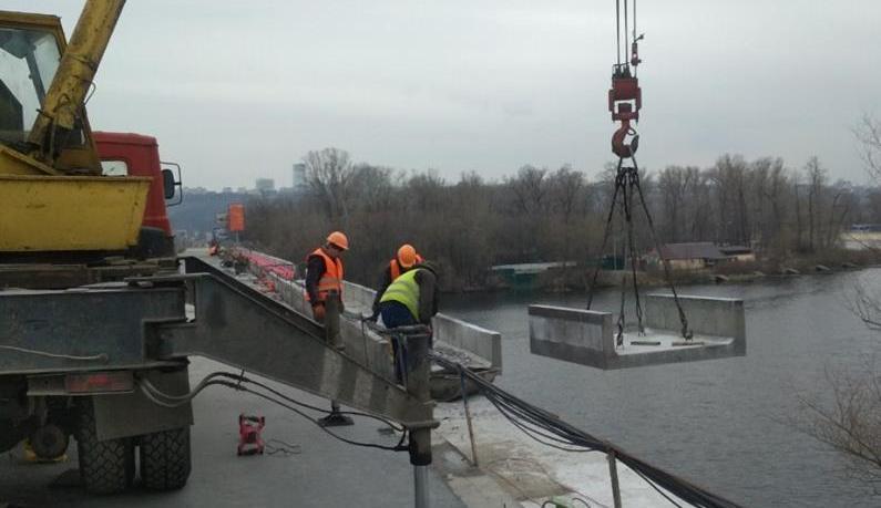 В Киеве ремонтируют мост Метро / фото facebook.com/kievavtodor