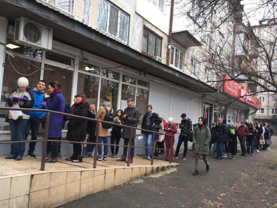 Возле столичных РГА образовались огромные очереди из желающих сменить место голосования / фото УНИАН