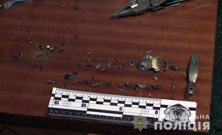 Взрывотехники изъяли фрагменты самодельного взрывного устройства / фото kyiv.npu.gov.ua