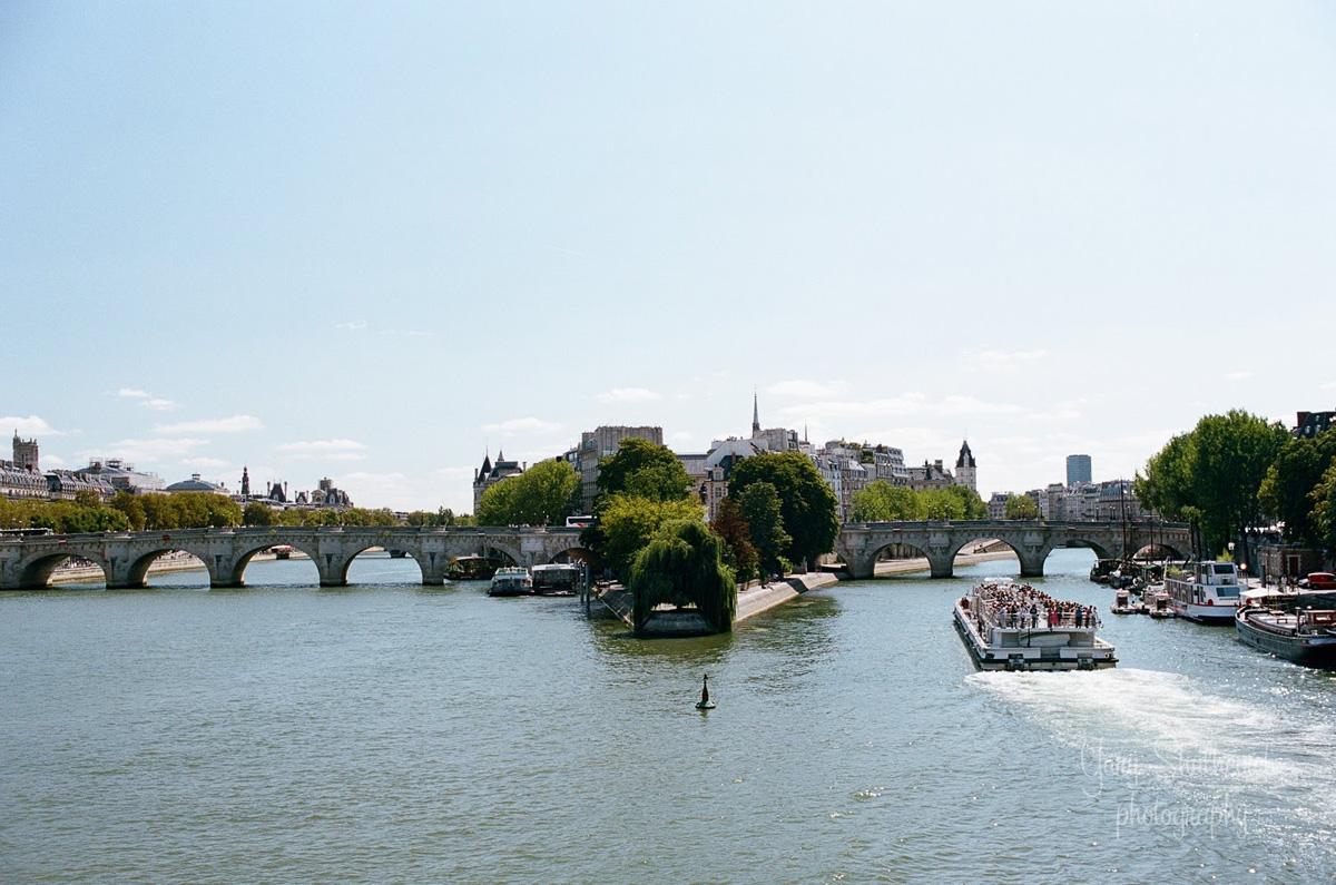 Пон-Неф - найстаріший зі збережених мостів Парижа, перетинає острів Сіте / фото Yury Shulhevich