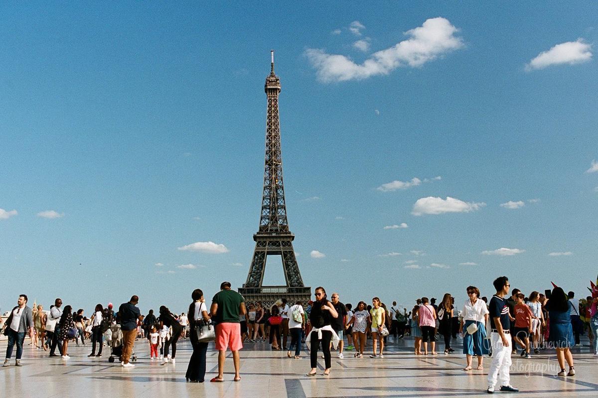Ейфелева вежа щорічно приймає майже 7 мільйонів відвідувачів / фото Yury Shulhevich