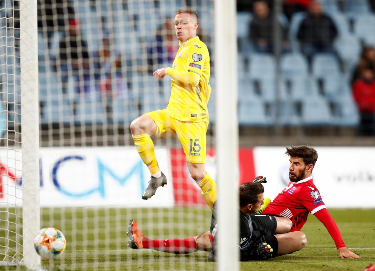 Виктор Цыганков забивает первый гол сборной Люксембурга / REUTERS