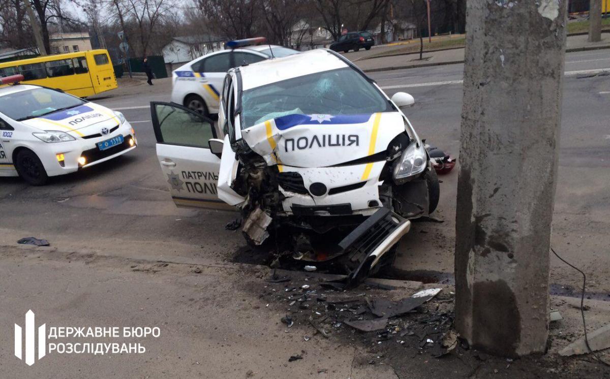 В Киеве полицейские на авто врезались в столб / фото пресс-служба ГБР