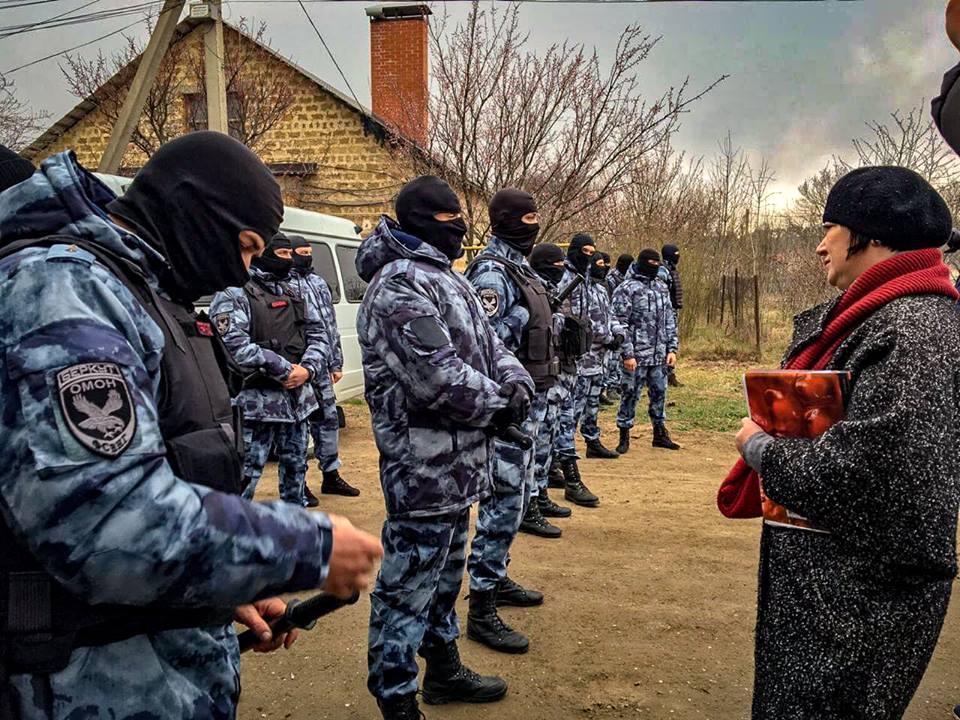 После обысков в домах крымских татар ФСБ задержала в Крыму 20 человек / фото Фейсбук Антон Наумлюк