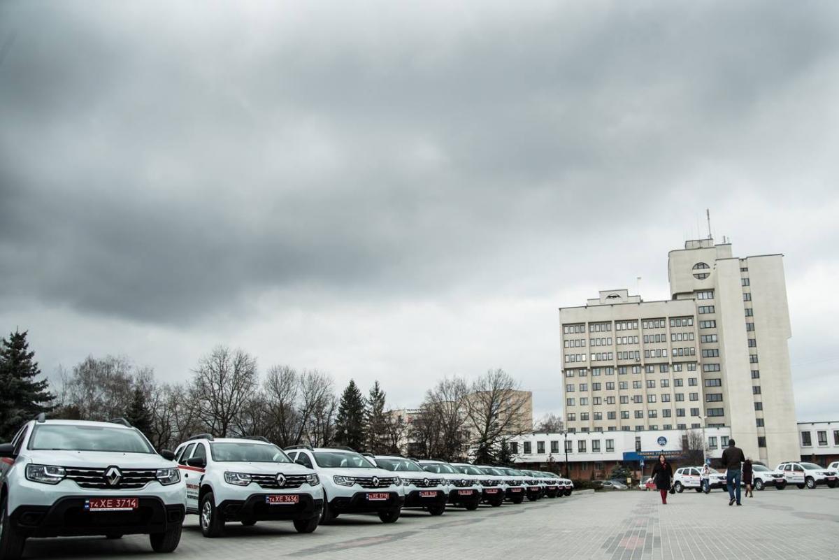 Учора 29 амбулаторій Тернопільщини отримали нові автомобілі «Renault Duster», загалом для області їх закуплять 134 / Фото: прес-служба ТОДА