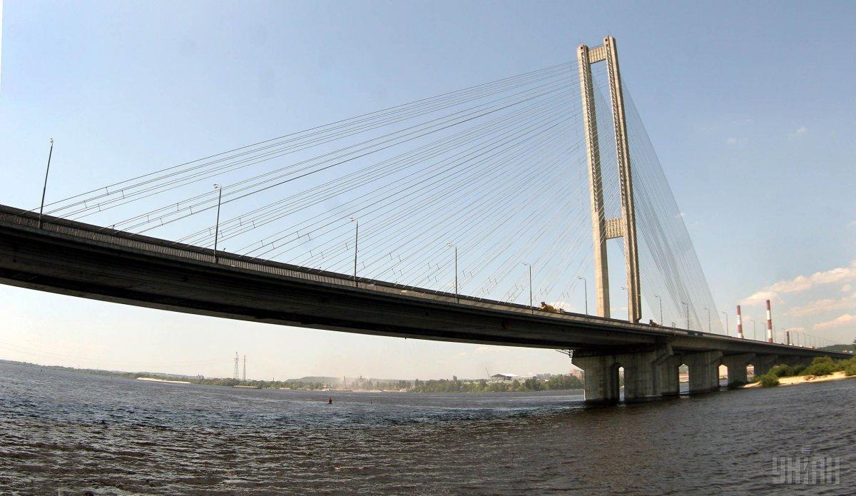 По Южному мосту ограничат движение транспорта / фото УНИАН