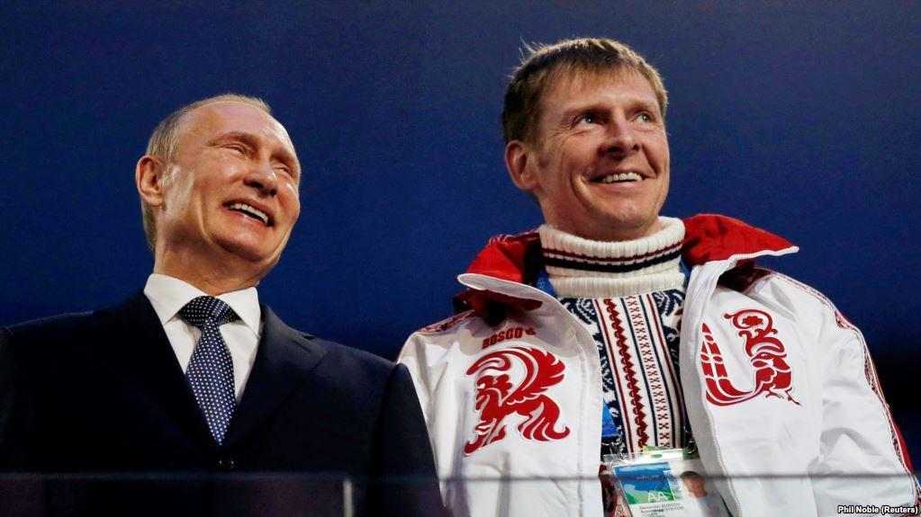 Президент РA Владимир Путин и бобслеист Александр Зубков на церемонии закрытия Олимпийских игр в Сочи в 2014 году / REUTERS