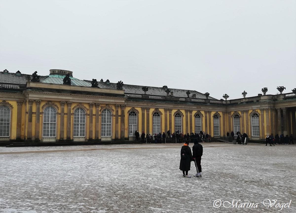 Вход для туристов во Дворец Сансуси всегда с очередями / Фото Марина Григоренко