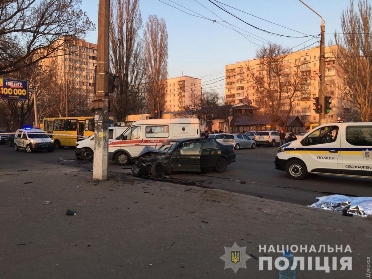 """Автомобиль """"на европейских номерах"""" спешил на желтый""""/ фото dumskaya/npu.gov.ua"""