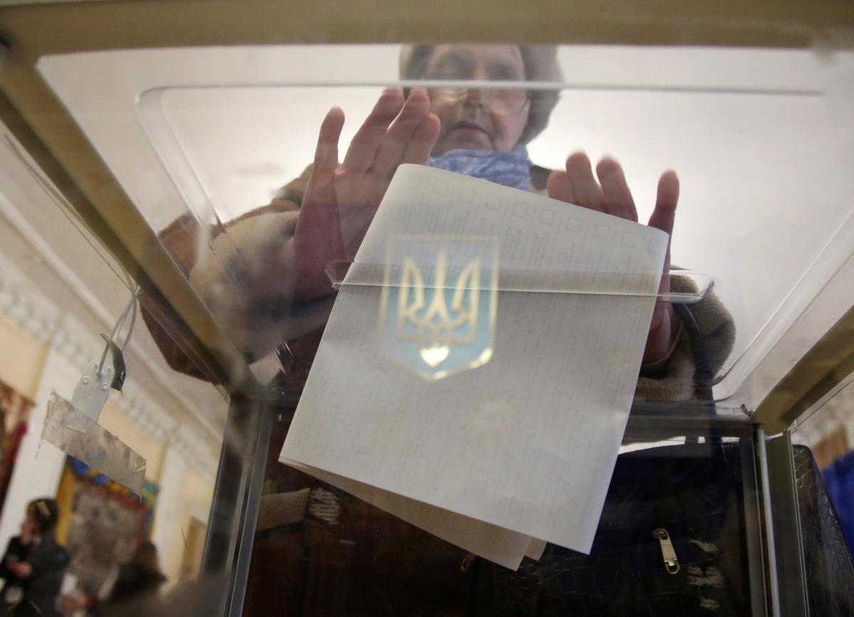 У Чернігові в день виборів розклеїли листівки проти одного з кандидатів у президенти / ілюстрація - фото REUTERS