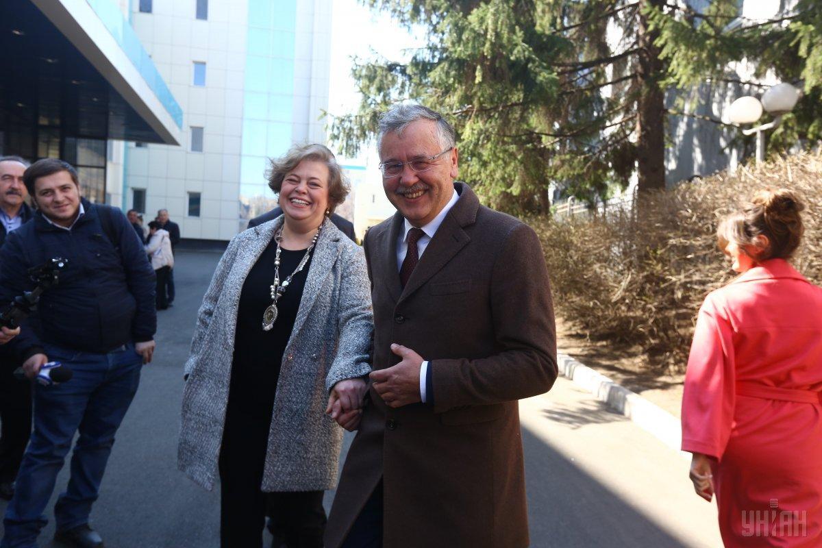 Анатолій Гриценко проголосував, а його дружина Юлія Мостова проголосувати не змогла / УНІАН