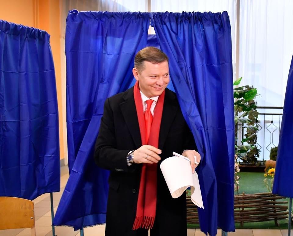 Ляшко понесет наказание за демонстрацию своего бюллетеня на избирательном участке / Фото: фейсбук Олег Ляшко
