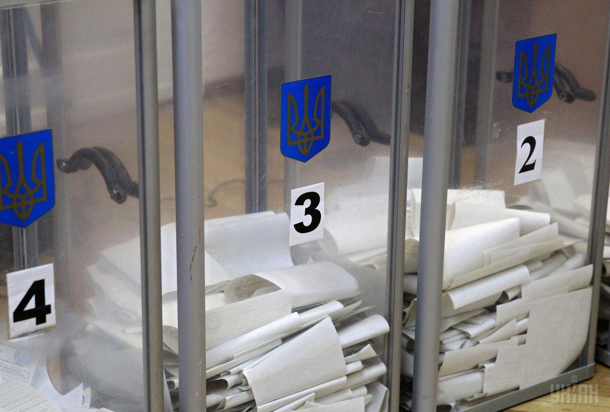 Українці на закордонних дільницях, вистоюваливеликі черги, щоб проголосувати/ фото УНІАН