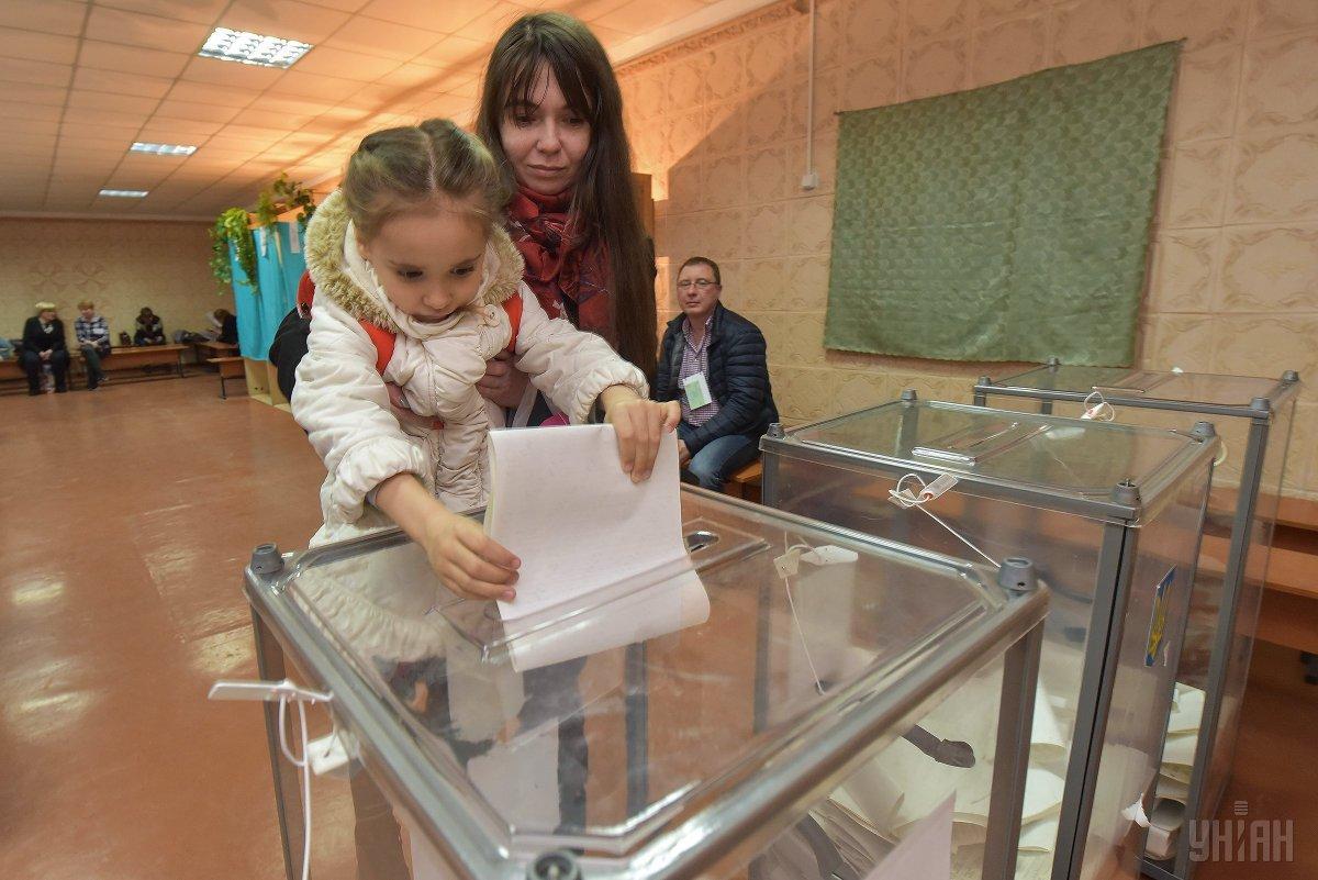Українці активно голосують у другому турі виборів / фото УНІАН