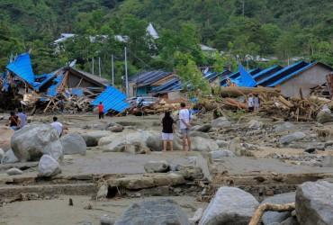 Руйнівна повінь в Індонезії забрала життя 58 осіб (фоторепортаж)
