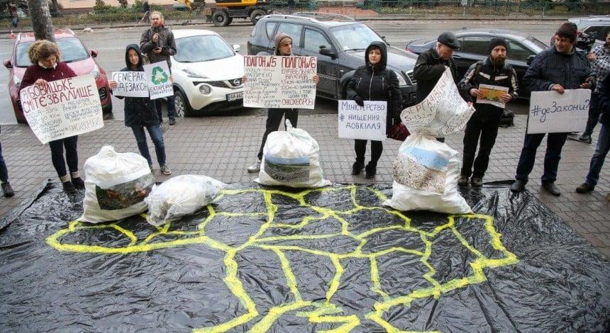 Защитники окружающей среды во время акции требовали от чиновников подать законопроекты о переработке мусора (фоторепортаж, видео)
