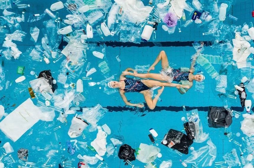 Британские синхронистки выступили в бассейне, заполненном пластиковыми бутылками и мусором / Big Bang Fair