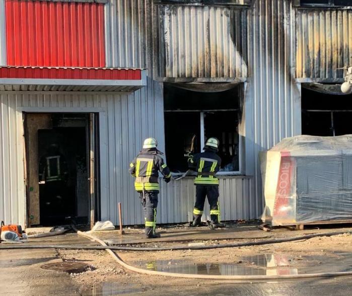 Спасатели потушили пожар в БЦ на Харьковском шоссе / ГСЧС Украины