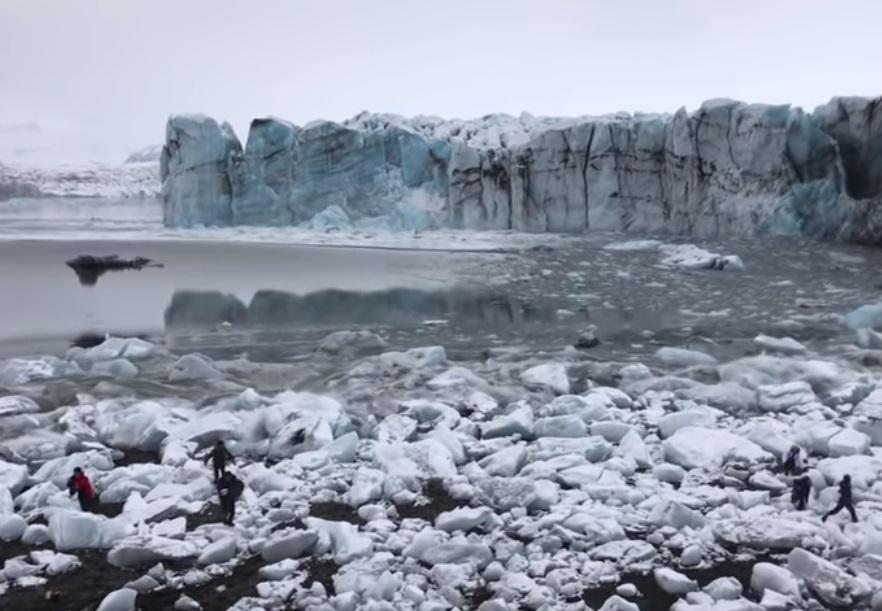 "В Исландии туристы убегали от ""мини-цунами"" после обвала ледника / Скриншот - Youtube, Keenan Mosdell"