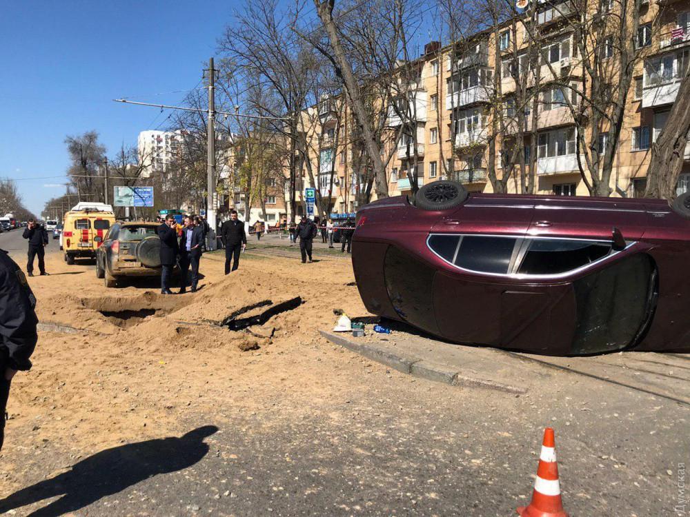 В результате взрыва на дороге образовался провал/ фото: Думская
