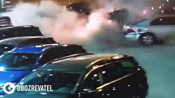 Взрыв прогремел после того, как мужчина подошел к авто / Скриншот
