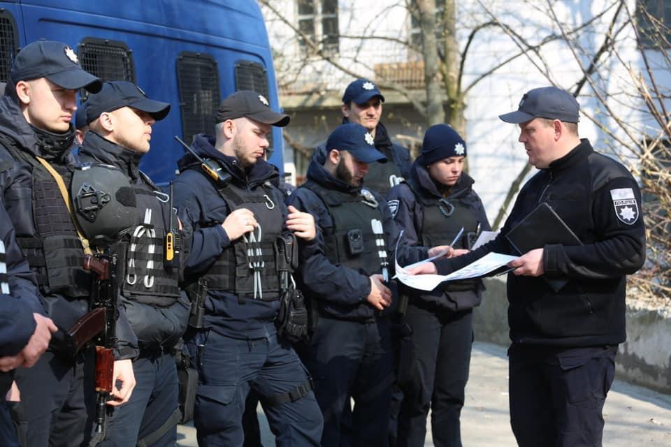 Руководитель столичной полиции обратил внимание на недопустимость использования запрещенной символики / фото facebook/UA.KyivPolice