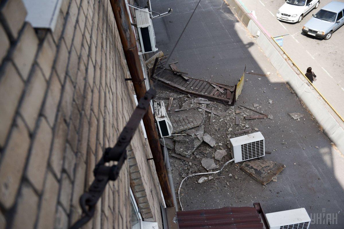 Трое людей выпали с балкона и получили травмы / Фото УНИАН