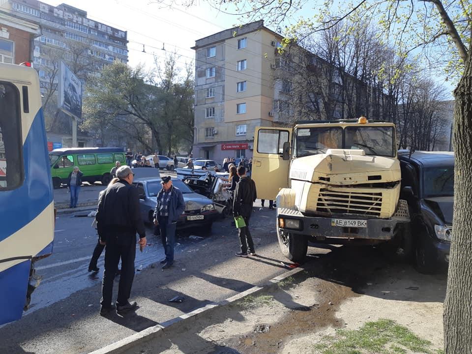 У Дніпрі КрАЗ протаранив понад 10 авто / фото Олег Чистопольцев / Дніпроград