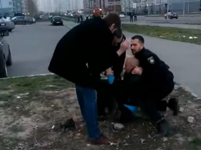 Мужчине нужна была медпомощь, но полицейские на это не реагировали / Скриншот