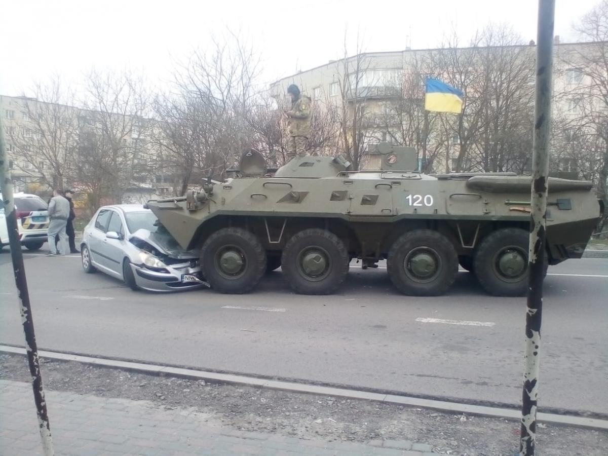 В Здолбуновепроизошло ДТП с военной техникой / Facebook - Сергей Кондрачук