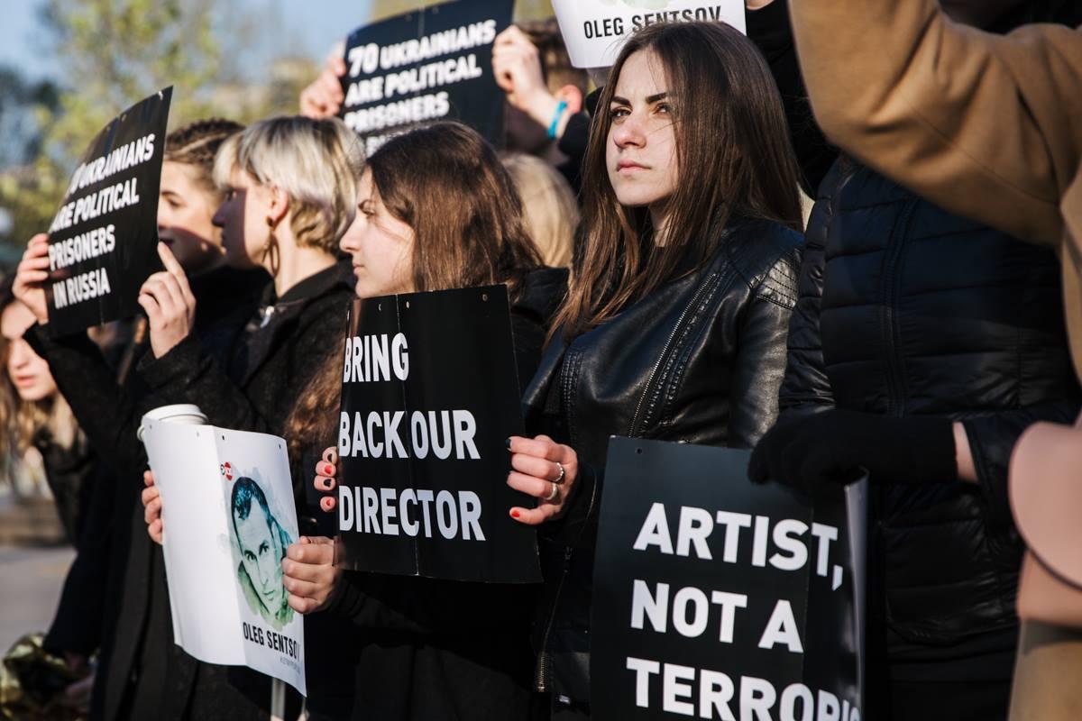 В Париже украинские студенты провели акцию в поддержку Сенцова / фото facebook.com/ualeadershipacademy
