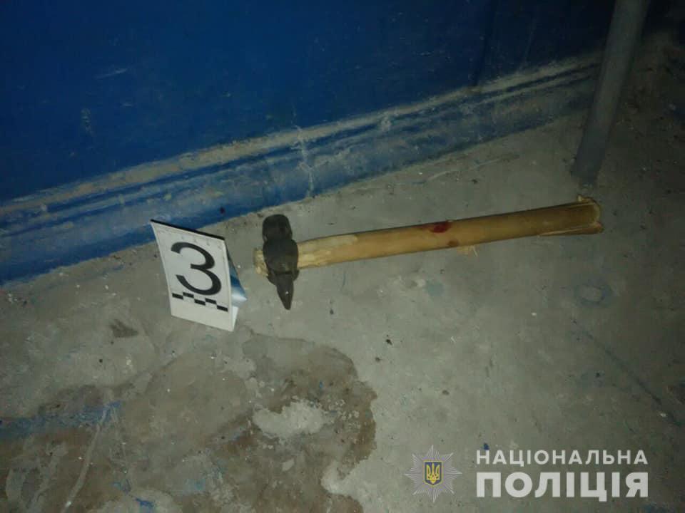 На Днепропетровщине мужчина нанес тяжелые травмы двум соседям и ранил трех полицейских во время задержания / фото dp.npu.gov.ua