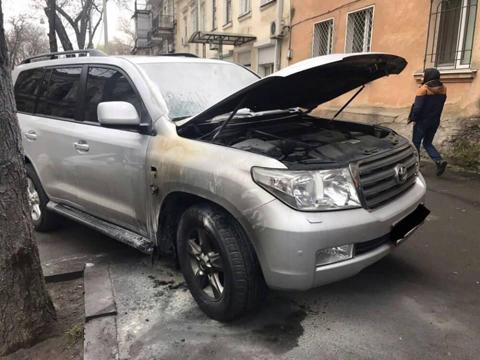 Невідомі підпалили «коктейлем Молотова» припаркований позашляховик Toyota / фото НПУ