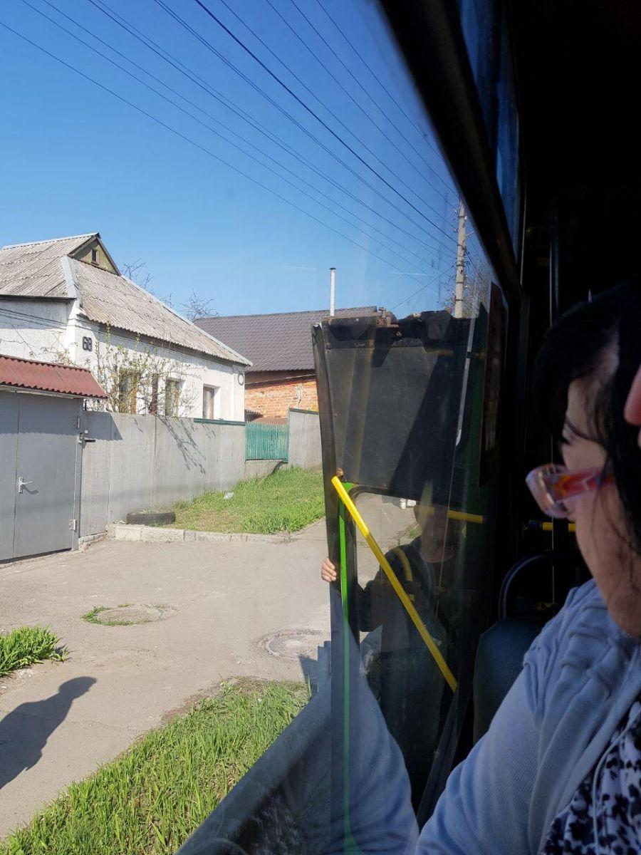 В Харкові у маршрутки на ходу відвалилася заднідвері / фото telegram.org/hueviykharkov