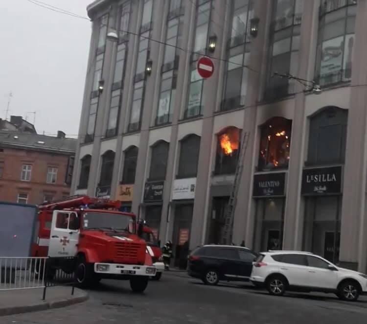 Пожарные потушили пожар в ТЦ в центре Львова / фото facebook.com/igor.zinkevych