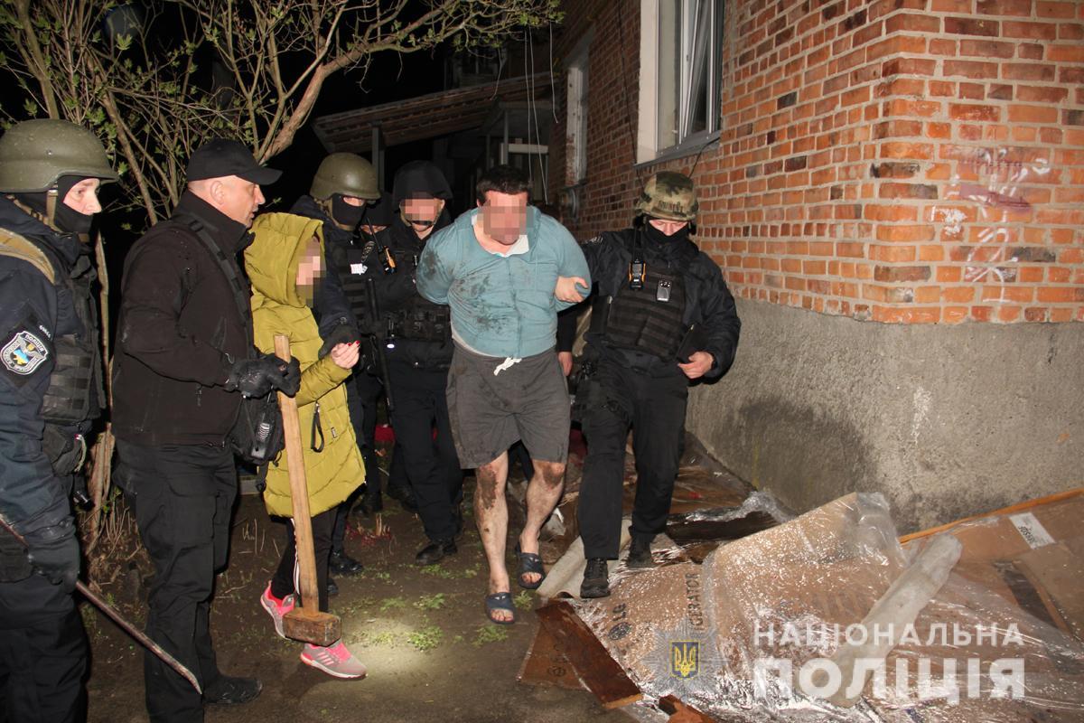 После задержания мужчины в сопровождении полицейских доставили в медицинское учреждение / фото полиции Житомирской области