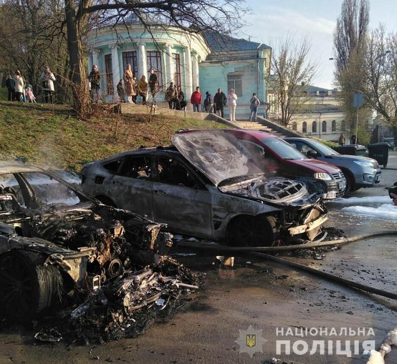 Невідомий в балаклаві підпалив два автомобіля / фото НПУ