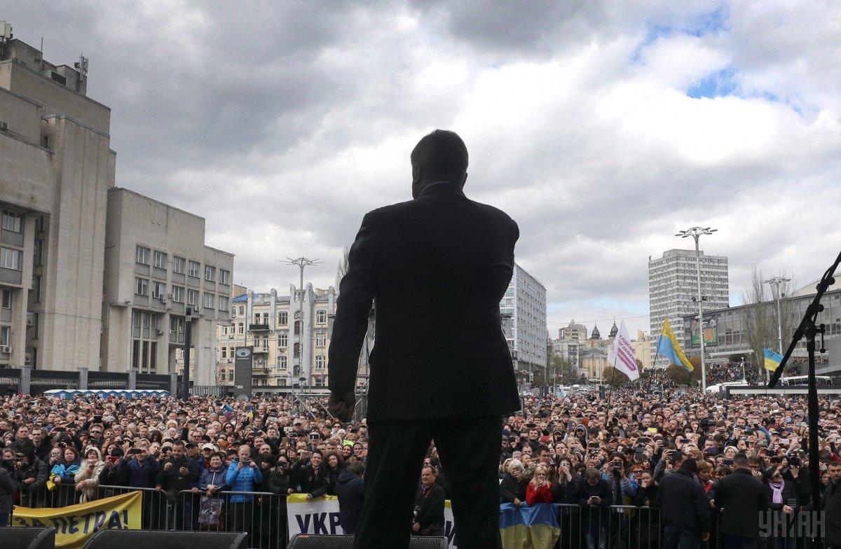 Президент виступив перед присутніми на площі біля стадіону / фото УНІАН