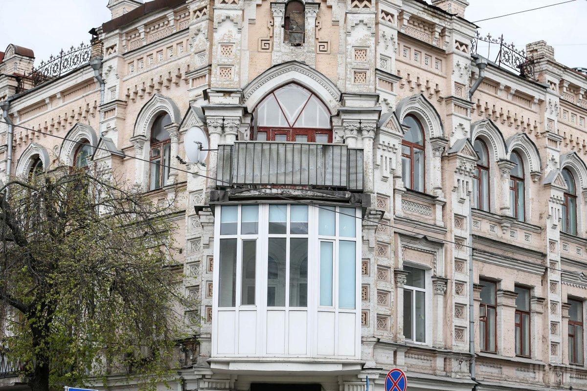 В Киеве любят портить облик домовостеклением балконов / фото УНИАН