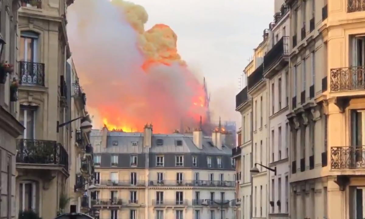 Огонь нанес огромный ущерб Собору Парижской Богоматери/ Twitter - Breaking News Feed