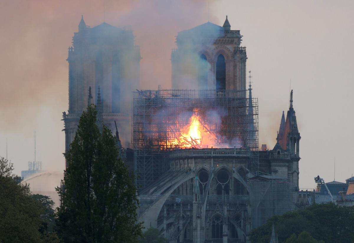 Парижский Собор может быть полностью уничтожен огнем / REUTERS