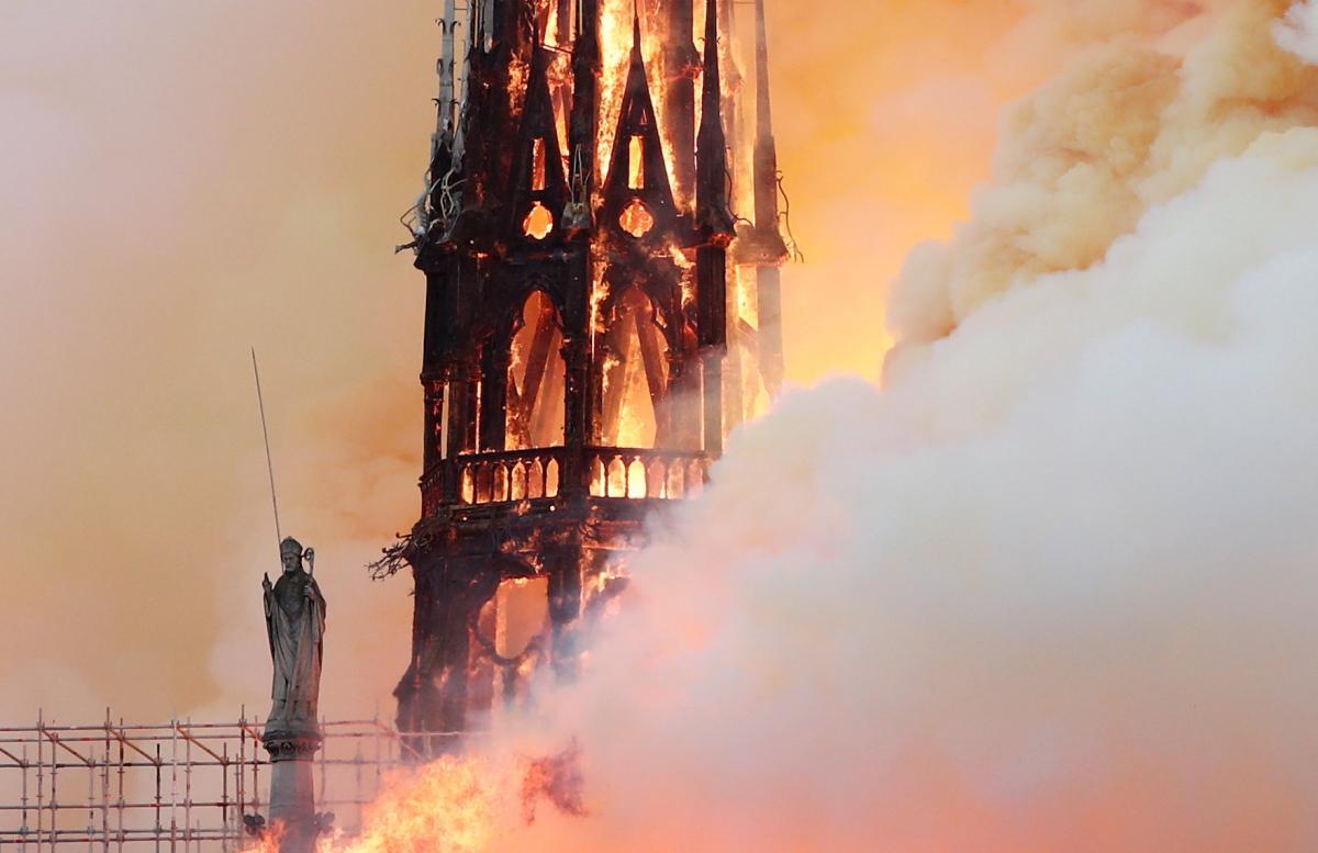 Пожар в Нотр-Даме / REUTERS