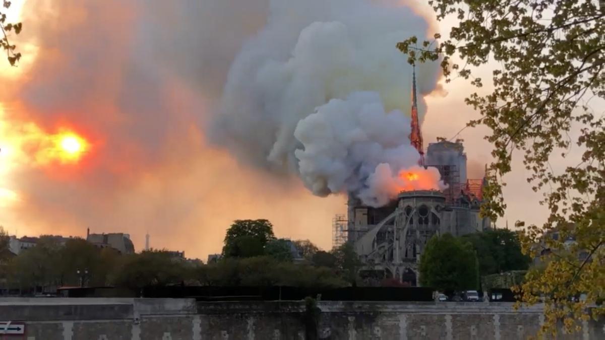 У Парижі палає Нотр-Дам де Парі/ REUTERS