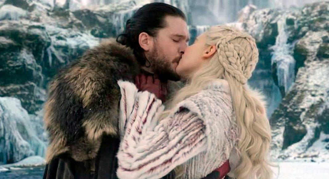 Харингтона смущали поцелуи с Эмилией Кларк / скриншот