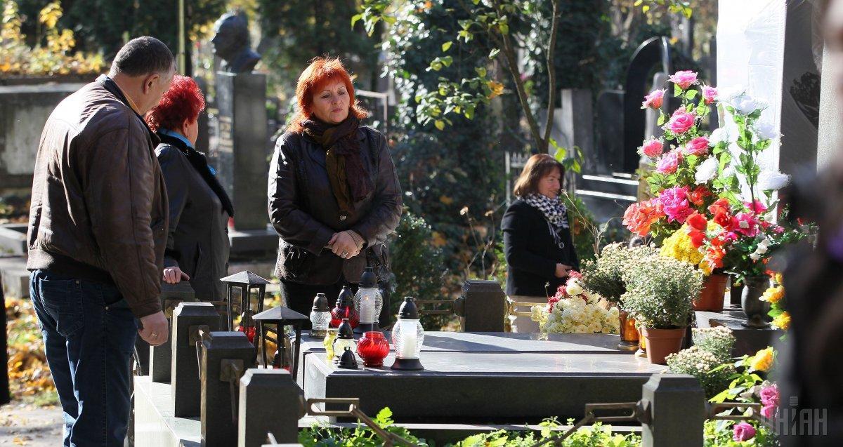 В Житомире запретили убирать на кладбищах / фото УНИАН