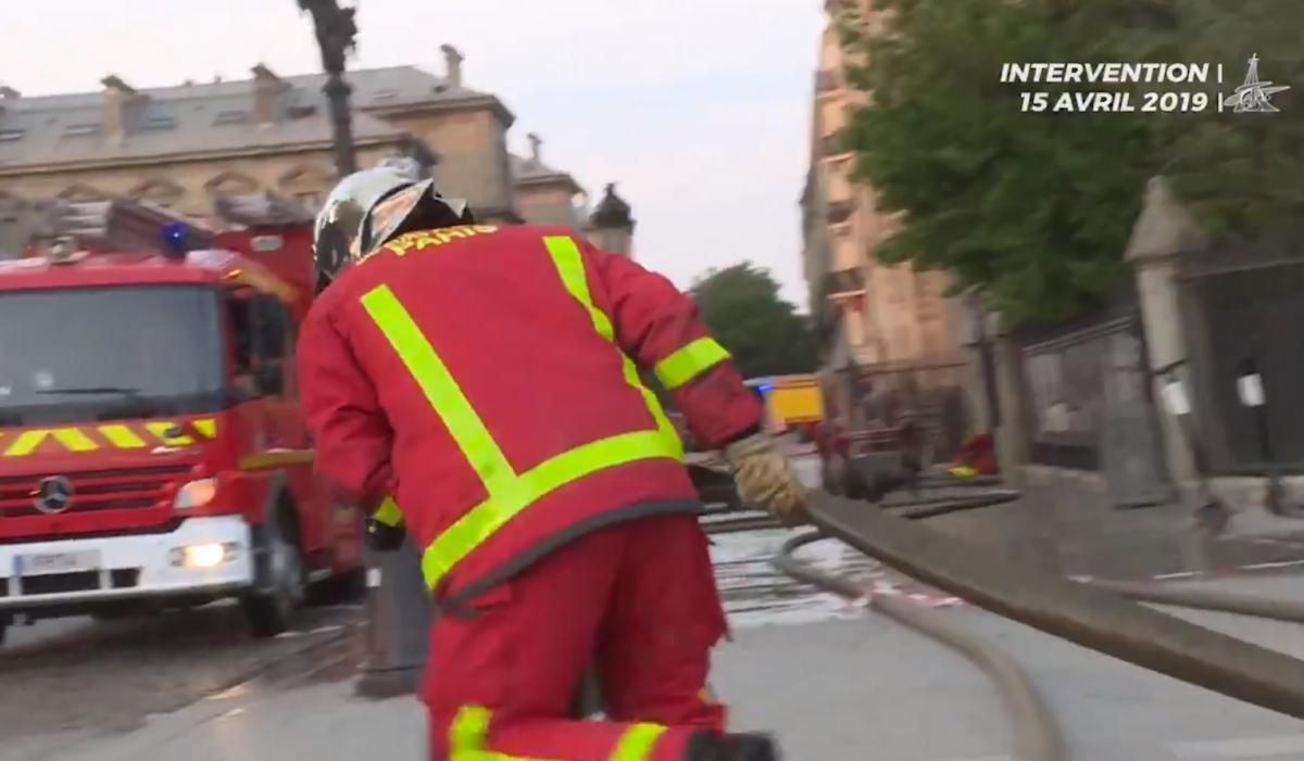 Парижские пожарные обнародовали новое видео с пожара в соборе Нотр-Дам / Скриншот - Twitter, Pompiers de Paris