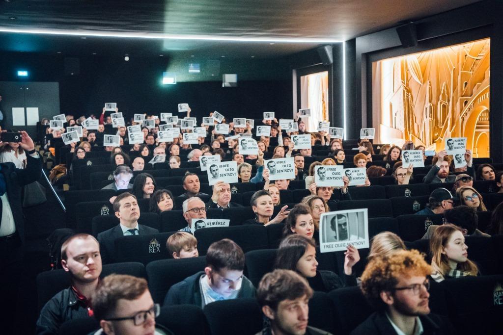 Флешмоб с плакатами #FreeSentsov